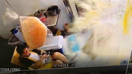 台南,失控,衝撞,熱狗攤,變電箱(圖/翻攝台南爆料公社)