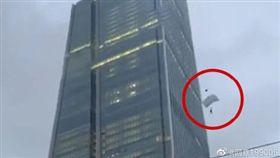 不少挑戰極限運動的玩家,喜歡到景觀地標、高樓大廈做出許多高難度的危險動作,大陸雲南昆明市的昆明恒隆廣場,在昨(28)日時,就被民眾目擊有兩名跳傘玩家,爬到66樓樓頂,從高空中一躍而下。其中一名男子疑似因為跳傘裝備出錯,在降落過程中發生意外、失速墜地,驚險畫面全被附近民眾拍下,而這名男子也在墜樓後,直接失去呼吸心跳,當場喪命。(圖/翻攝自微博)