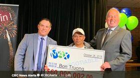 住在加拿大的越南裔男子連續20年簽同組號碼,中相當於台幣18億頭獎。(圖/翻攝自推特)