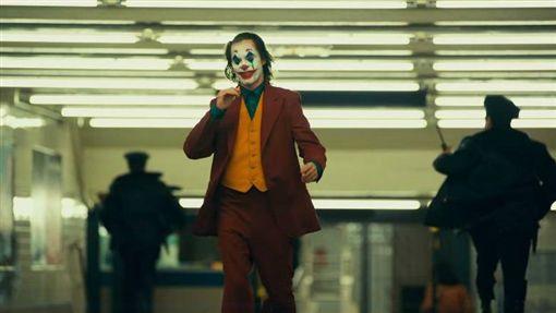 新版DC電影《小丑》劇照。(圖/翻攝自華納兄弟台灣粉絲俱樂部)