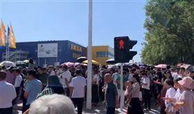 IKEA鄭州店開幕!一小時狂湧8萬人 網:中國人不易外(圖/翻攝自微博)