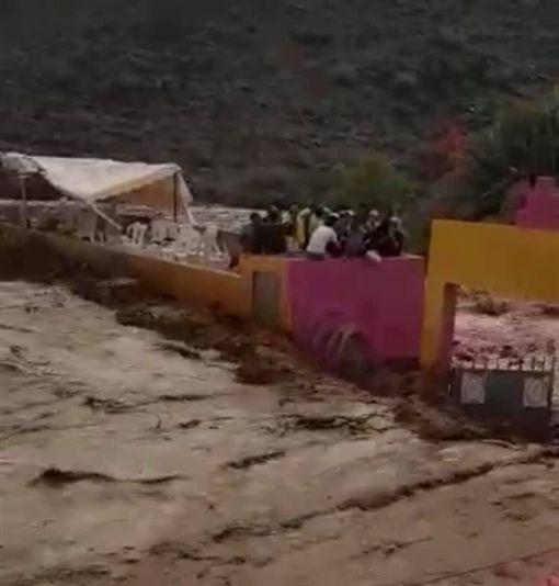 暴雨洪水灌進足球場…躲屋頂全被沖走滅頂 摩洛哥7人罹難圖翻攝自Rachid Boufous臉書