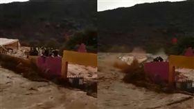 暴雨洪水灌進足球場…躲屋頂全被沖走滅頂 摩洛哥7人罹難 圖翻攝自Hassan Benyahya臉書