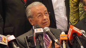 (16:9)傳拒反送中示威者長期居留  馬哈地:有待討論馬來西亞官員之前表態,若有證據顯示「馬來西亞-我的第二家園」長期居留計畫申請人參與反送中示威,將不會批准申請。馬來西亞首相馬哈地表示,會再詳細了解情況並作討論。中央社實習記者張廖永臻攝  108年8月30日