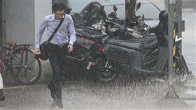 低壓帶影響 各地留意短時強降雨中央氣象局表示,低壓帶影響,21日天氣較不穩定,各地有局部短暫陣雨或雷雨,並有局部較大雨勢發生的機率,提醒民眾外出攜帶雨具。中央社記者謝佳璋攝 108年8月21日