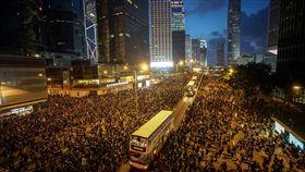 反送中遊行再起  車道擠滿人潮香港泛民主派團體民間人權陣線16日再次發起反修訂逃犯條例大遊行,民眾身穿黑衣上街表訴求,遊行群眾移動至未封閉車道。中央社記者裴禛香港攝  108年6月16日