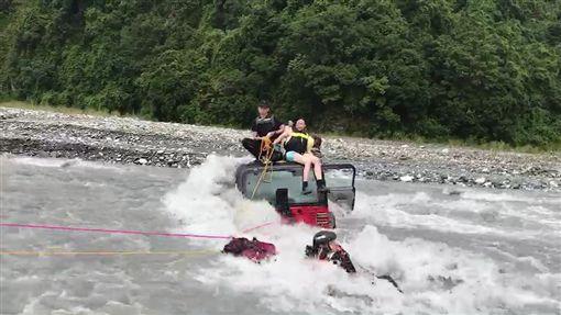 花蓮,青昌溪,豪雨,溪水暴漲,受困,吉普車,溯溪。翻攝畫面