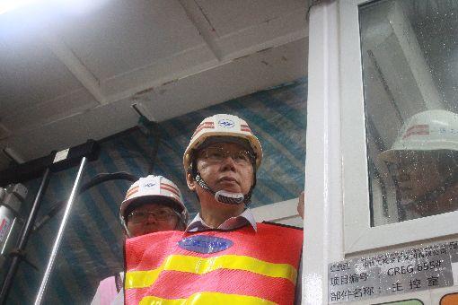 柯文哲視導捷運萬大線植物園站工程(3)台北市長柯文哲(前)30日視導捷運萬大線植物園站地下工程,參觀工程主控室內部,柯文哲表示,工程完工後,將帶動台北市軸線翻轉,成為都市更新一大助力。中央社實習記者朱俋圜攝 108年8月30日
