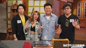 主持人庹宗康與來賓大飛、廖阿輝、DJ Jessica合照。 DJ Jessica介紹自己常用的藍芽配備。 3C達人廖阿輝介紹近年流行的藍芽喇叭款式。