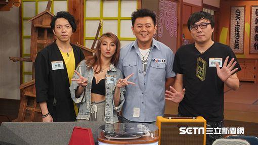 主持人庹宗康與來賓大飛、廖阿輝、DJ Jessica合照。DJ Jessica介紹自己常用的藍芽配備。3C達人廖阿輝介紹近年流行的藍芽喇叭款式。