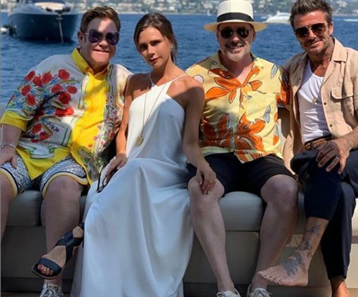 貝克漢夫婦與艾爾頓強、大衛弗尼西在遊艇上開派對。(圖/翻攝自victoriabeckham Instagram)