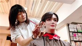 這是假人頭吧?日本星二代網紅Matt,日前在IG上傳一張到髮廊剪頭髮的照片,但不少網友看了都被嚇傻,不是因為他的髮型出了問題,而是因為Matt的上半身太像「假人」了,讓網友看了傻傻分清楚,還有人一度以為照片是一名設計師在用假人頭練習剪髮,Matt洋娃娃般的外觀也再度引發熱議。(圖/翻攝自Matt IG)