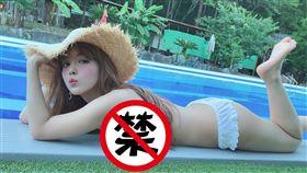 三上悠亞在泳池畔炸出「壓半乳」犯規照。(圖/翻攝自三上悠亞IG)