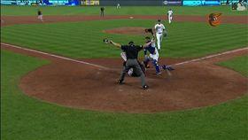 ▲金鶯二壘手維亞(Jonathan Villar)離壘過遠被牽制,將錯就錯成功盜本壘。(圖/翻攝自MLB官網)