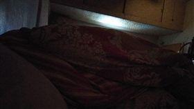 夫妻,睡覺,棉被牆,老公,戀愛,貼心(圖/翻攝自爆怨)