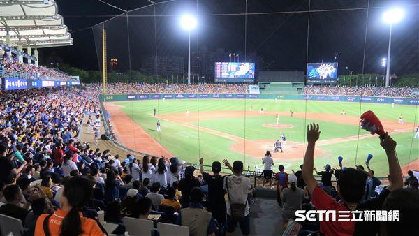新莊棒球場滿場球迷。(圖/記者王怡翔攝影)