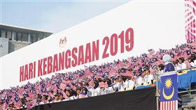 馬國62週年國慶 國旗飄揚場面壯觀馬來西亞獨立62週年國慶日,國慶慶典31日於布特拉加亞舉行,馬來西亞「輝煌條紋國旗」旗海飄揚搭配愛國歌曲,場面壯觀。中央社實習記者張廖永臻吉隆坡攝 108年8月31日