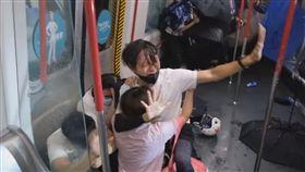 香港反送中 港警闖地鐵站毆打民眾/立場新聞臉書