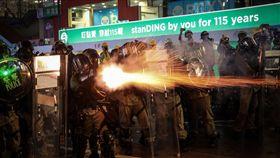 香港831反送中 灣仔鎮暴警以催淚彈驅離香港反送中運動31日自傍晚起上演一連串暴力抗爭場面,示威者晚間轉進至灣仔警察總部南面軒尼詩道、鄰近修頓球場處,鎮暴警察集結整隊後,開始朝示威者發射催淚彈展開驅離。中央社記者吳家昇香港攝 108年8月31日