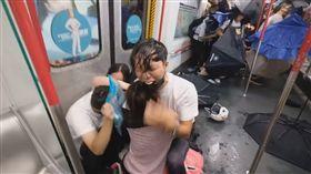 香港警察衝入地鐵太子站打人噴胡椒噴霧 民眾跪地哭求住手/立場新聞