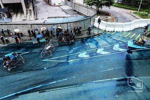 反送中/港警發射藍色水砲。(圖/翻攝自立場新聞)
