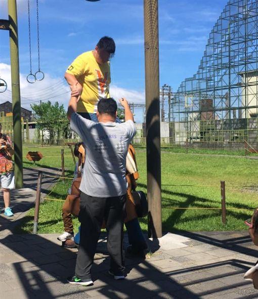 體重約90公斤男孩站在幾米人偶上拍照/爆廢公社