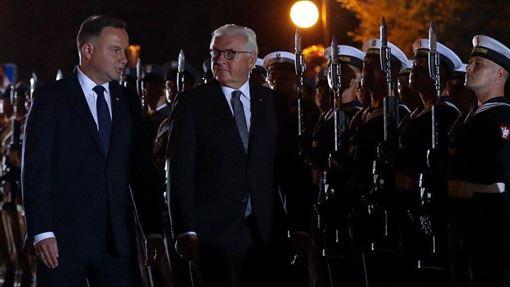 1日的第二次世界大戰爆發80週年紀念活動儀式於清晨4時過後不久展開,由波蘭總統杜達(前左1)、德國總統史坦麥爾(前左2)致詞揭開序幕。(圖取自twitter.com/prezydentpl)