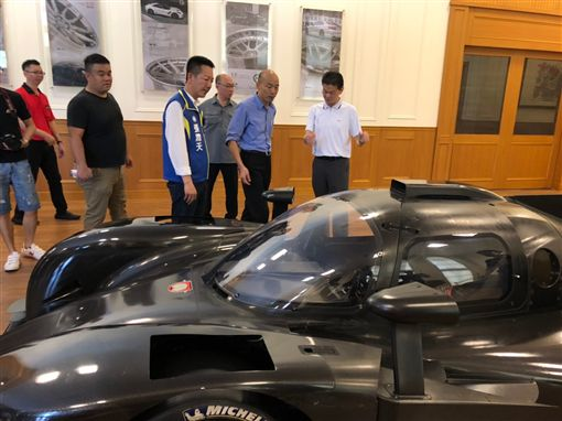 韓國瑜參觀業「柏釧企業」,台灣是全世界汽車零組件的重鎮,例如今天參訪的公司提供的鋼圈、避震器是世界聞名,韓競總提供