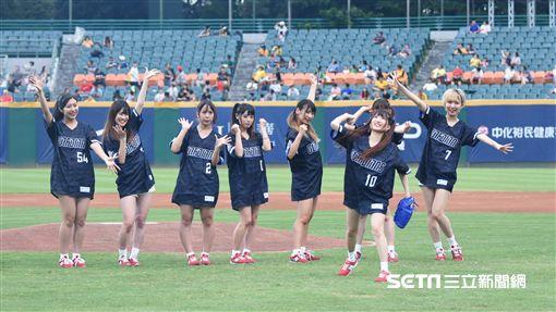 「絕對直球女子!PlayBalls」開球表演。(圖/記者王怡翔攝影)