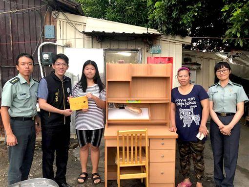全家擠7坪鐵皮屋…貧女考上嘉女「想要書桌」 潘文忠送來了圖翻攝自潘文忠臉書