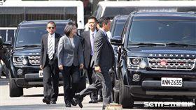蔡英文總統座車今天出席三軍六校畢業典禮時,特別反方向進入典禮場地,避開抗議群眾。(記者邱榮吉/攝影)