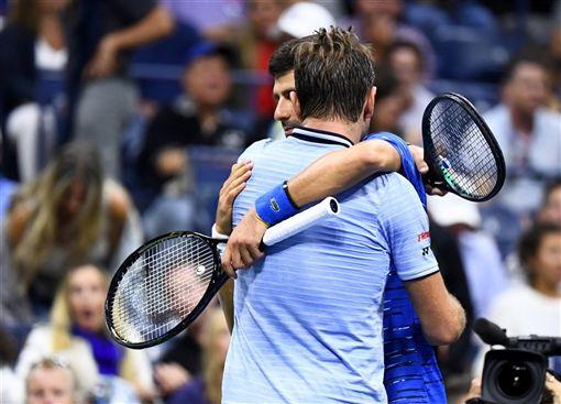 世界排名第一的塞爾維亞好手喬科維奇(右)1日在美國網球公開賽16強對上瑞士的瓦林卡(左),第3盤因為左肩傷勢退賽,無緣尋求衛冕。