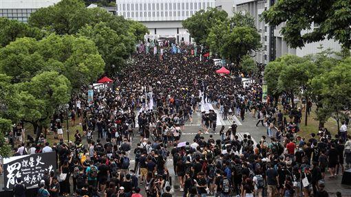 香港中大百萬大道罷課集會(1)香港反送中延燒,香港大專學界2日下午發起罷課集會,參與的學生人潮擠滿中文大學百萬大道。中央社記者吳家昇攝 108年9月2日