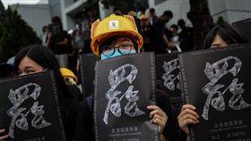 香港反送中三罷再起 中大大學罷課集會(2)香港中小學和大學9月開學,反送中示威者2日再次發起以罷課為主的「三罷」,下午並在中文大學舉行罷課集會,多數與會大學生都身穿黑衣響應,並手持寫有「罷」字的海報標語。中央社記者吳家昇香港攝 108年9月2日