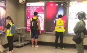 哭求進站遭拒!港警要救護員「面壁」…傷患苦等2小時送醫(圖/翻攝自YouTube)