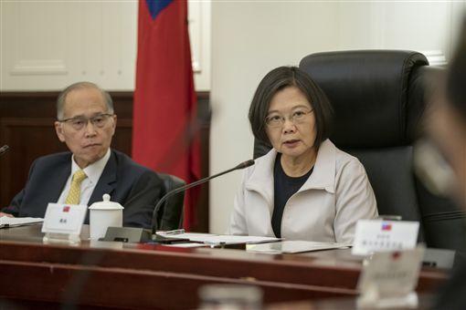 總統蔡英文2日下午前往國安會聽取香港情勢專案小組簡報,了解目前香港情勢最新發展。(圖/總統府提供)