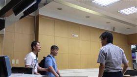 「台灣阿甘」張文彥在法警協助下,進入台北地檢署遞狀提告。(圖/記者楊佩琪翻攝)