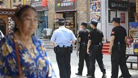 警察在烏魯木齊市中心巡查。(檔案照片/共同社提供)