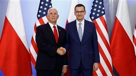 波蘭總理莫拉維茨奇(右),與美國副總統彭斯(左)簽署5G網路安全聯合宣言,將嚴格審查5G網路設備供應商,確認業者是否受到外國政府的控制。(圖取自facebook.com/ MorawieckiPL)