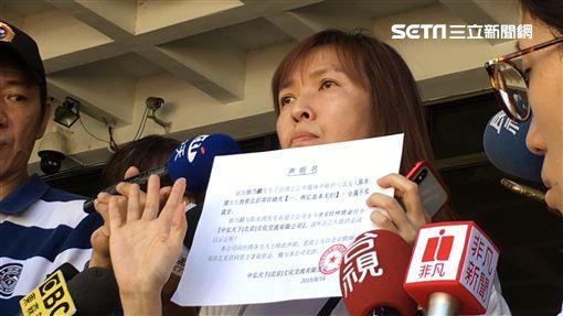 ▲曹女(曹米芳)、李女拿出一份投資企業核准書,表示徐乃麟原本是要在中國投資開公司,但資金完全沒到位。(圖/記者楊佩琪攝)