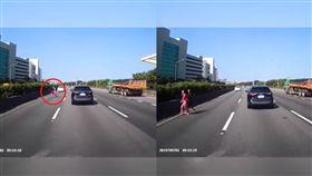 誇張!國一湖口南下匝道口 有人穿越高速公路(圖/爆料公社)