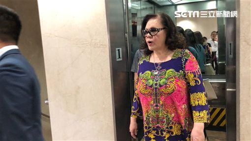 楊強蓉爆料藝人徐乃麟詐賭,赴台北地檢署出庭後,接受媒體訪問。(圖/記者楊佩琪攝)