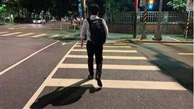 行政院副院長陳其邁昨2日深夜在IG發文分享背著背包下班回家的背影照。(圖/翻攝陳其邁IG)