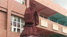 網友在爆廢公社上貼文,小朋友們在校園巡禮說孔子銅像是土地公(圖/翻攝自爆廢公社)