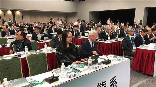 政務委員唐鳳(前左)3日表示,往後的資安防護戰場,不再是築起高牆並做到滴水不漏,而是更重視當發生攻擊時,如何有效應對與反擊。(圖/中央社)