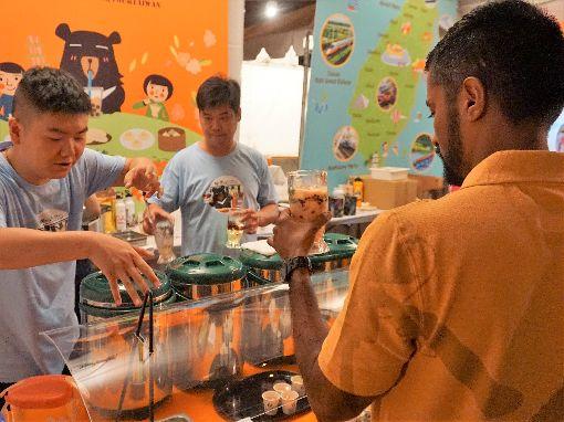 洛杉磯美食節 台式茶飲受歡迎交通部觀光局參加洛杉磯時報主辦的美食節活動,圖為茶飲業者1日帶來具台灣特色的茶飲。中央社記者林宏翰洛杉磯攝 108年9月3日