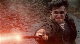 美國田納西州一間天主教學校的牧師在諮詢驅魔師後判定,哈利波特小說包含真實的咒語和魔法。(圖取自facebook.com/HP7.TW)