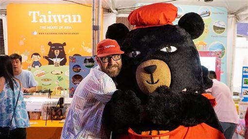 觀光局參加洛杉磯美食節 吉祥物喔熊受歡迎交通部觀光局在洛杉磯時報主辦的美食節擺攤,吉祥物「喔熊」大受歡迎。圖為1日拍攝。中央社記者林宏翰洛杉磯攝 108年9月3日