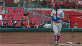 ▲哈波(Bryce Harper)和場邊小球迷交談後敲出本季第30轟。(圖/翻攝自MLB官網)