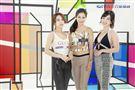 三立主播高毓璘、李文儀與前主播張宇身穿火辣服裝逛展。(圖/記者林士傑攝影)